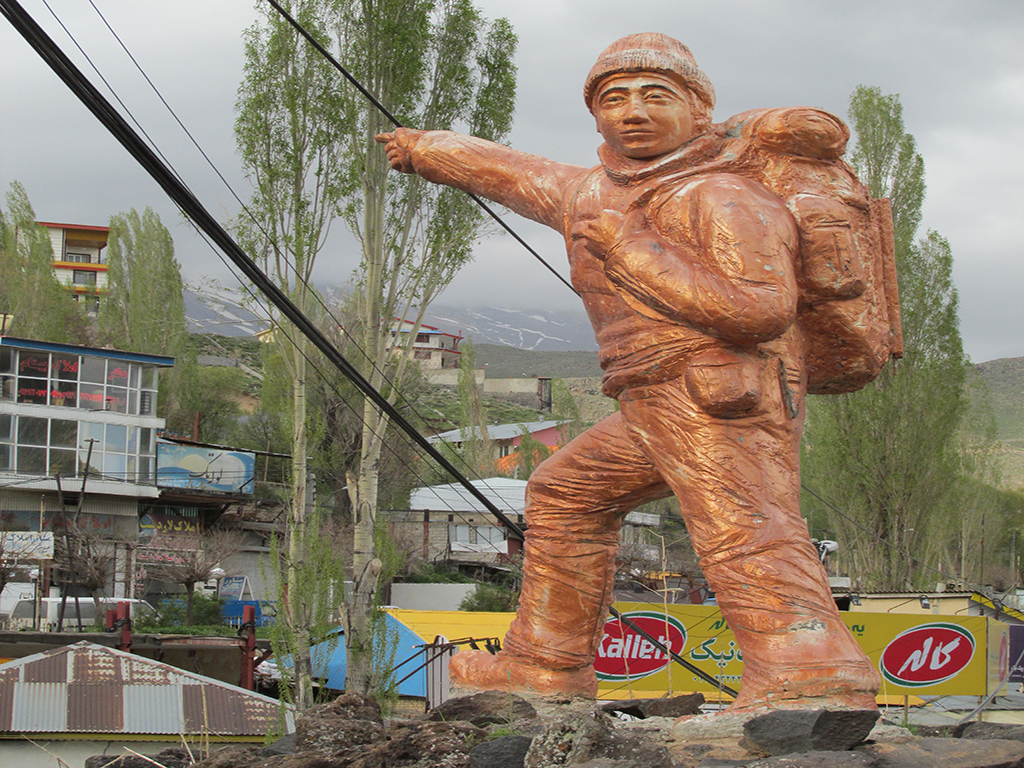 Hikers statue in Polour village
